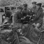 Колхозники на прогулке на своих личных машинах, мотоциклах и велосипедах.  1940-е гг.