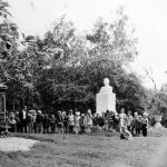 Детский сад на прогулке в парке