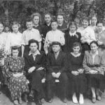 Преподавательский состав школы колхоза им.Ленина с выпускниками